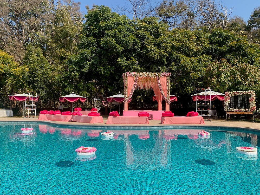 Poolside-wedding-decoration